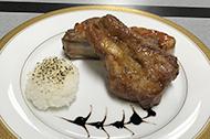 出雲崎産こしひかりの焼きリゾットと越後米豚『こしおう』のスペアリブを2種のソースで